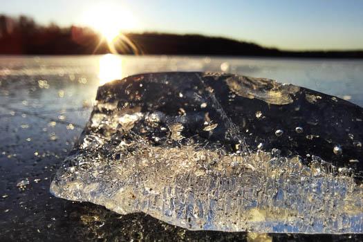 Joogapaikka, jäätaidetta Tohlopilla, kuva Raakel Laakso